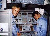 Autor článku (vlevo) ve funkci velitele dvanáctihodinové mise na simulátoru Enterprise, vpravo pilot Američan Michael Johnson