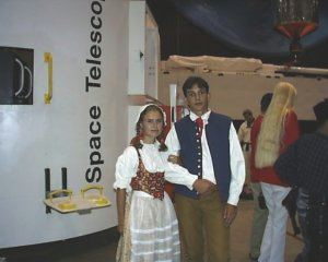 Olga a Lukáš v improvizovaných českých krojích při zahájení ISC'98