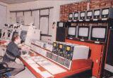 Televizní odbavovací pracoviště, vpředu pro Intersputnik vzadu pro Intelsat. Skříň bezvýpadkového napájecího zdroje Siemens 80 kVA (vpravo)