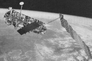 Kresba družice Envisat na oběžné dráze