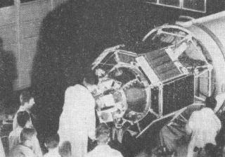 Družice Interkosmos 1 v montážní hale na kosmodromu