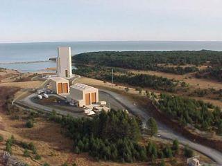 Montážní budovy a startovací rampa s obslužnou věží