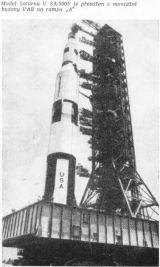 Model Saturnu V SA-500F je převážen z montážní budovy VAB na rampu A