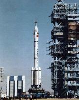 CZ-2F na kosmodromu Jiuquan (v pozadí montážní budova)