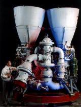 Obr. 2: Motor 1. stupně RD180 ruské společnosti Eněrgomaš s turbočerpadly společnosti Pratt&Whitney.
