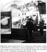 Raketový motor Rocketdyne F-1, určený pro první stupeň rakety SATURN C5. Snímek je z výstavy uspořádané v USA. U motoru stojí (první zprava) profesor dr. inž. Rudolf Pešek, člen korespondent ČSAV a předseda astronautické komise ČSAV