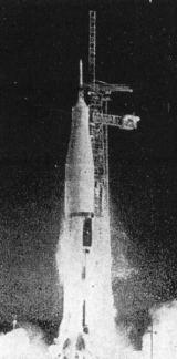 Zážeh motorů Saturn 1B. Je zřetelně vidět odpadávající ledovou tříšť, vzniklou zmrznutím vodní páry při styku s podchlazenými nádržemi na kapalný kyslík