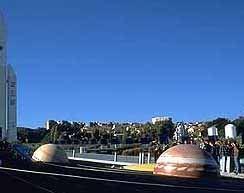 """Model sluneční soustavy v parku """"Kosmického městečka""""."""