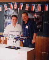A.Vítek (vlevo) a D.Lazecký u modelu ISS