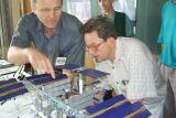 J.Kolář (vlevo) a A.Vítek v diskusi nad modelem ISS (foto T.Přibyl)