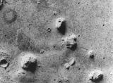 """Foto 14: """"Tvář na Marsu"""", fotografovaná orbitální částí sondy Viking v roce 1976."""