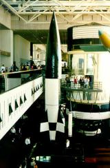 Foto 2: Pohled na V-2, vystavenou v NASM (v pozadí maketa stanice Skylab).