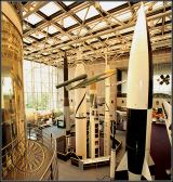 Foto 3: Pohled na další vystavené rakety v NASM, v pozadí Sojuz-Apollo (Foto Smithsnian Institution).