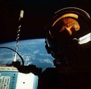 Buzz Aldrin, ako ho vyfotil Jim Lovell pri vychádzke vo voľnom priestore © NASA