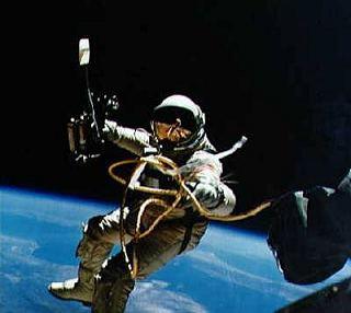Ed White počas prvej americkej vesmírnej prechádzky. © NASA