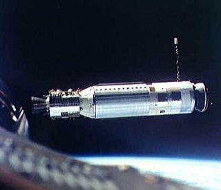 Cieľový objekt Agena, tesne pred spojením s Gemini 8. Vľavo je raketový motor, vpravo spojovací adaptér pre spojenie s Gemini. © NASA
