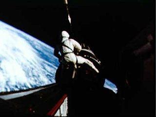 """""""Osedlaj ju, kovboj!"""" Ani povzbudzovanie Peta Conrada veľmi nepomohlo... © NASA"""