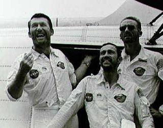 Unavená, ale spokojná posádka Apolla 7 na palube USS Essex