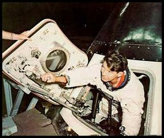 Wally Schirra pri testovaní nového prielezu
