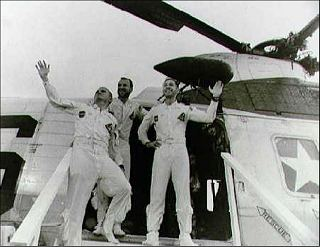 Posádka Apolla 8 vystupuje z vrtuľníka po návrate na USS Yorktown