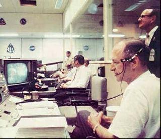 George Low za svojim pultom v Mission control room v MSC v Houstone