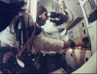 Jim Lovell pri práci s navigačným systémom počas letu Apolla 8