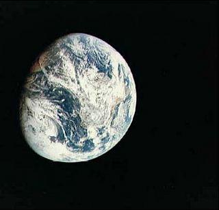 Pohľad na Zem z paluby Apolla 8 počas cesty k Mesiacu