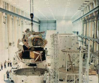 Montáž LM-1 do adaptéra pre Saturn V. LM nemá pristávacie nohy, keďže letel bez posádky a nemal pristávať na Mesiaci.