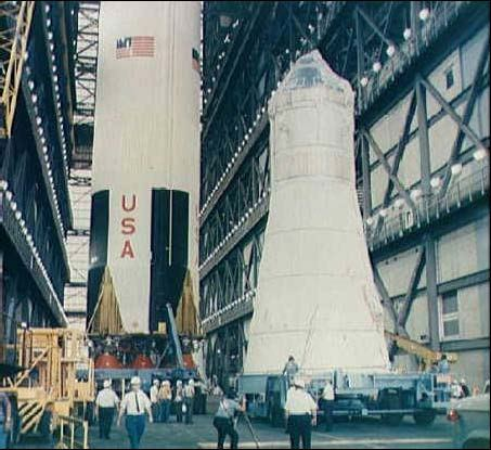 Kompletné Apollo 9 tesne pred spojením so Saturnom V. LM-3 je uložený v rozširujúcej sa dolnej časti zostavy, nad ním je CSM103. Vľavo je prvý stupeň Saturnu V, S-IC
