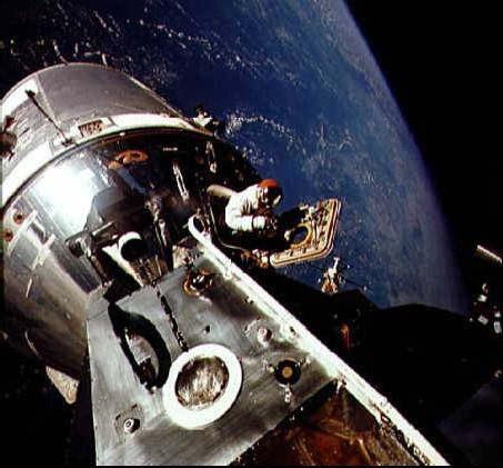 David Scott počas EVA. Biely pás, smerujúci od jeho pravej ruky dopredu je madlo, ktorého sa mal pridržiavať Schweickart pri prestupe do CM cez otvorený priestor. Prestup sa nakoniec neuskutočnil.