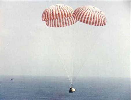 Apollo 9 na padákoch, tesne pred dopadom do Atlantiku