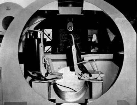 """Pôvodný návrh kabíny so sedačkami. Kruhový prielez na povrch bol kôli hranatým """"ruksakom"""" na skafandroch neskôr zmenený na štvorcový."""