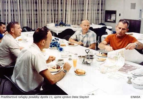 Predštartové raňajky posádky Apolla 11, úplne vpravo Deke Slayton