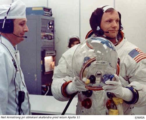 Neil Armstrong pri obliekaní skafandra pred letom Apolla 11.