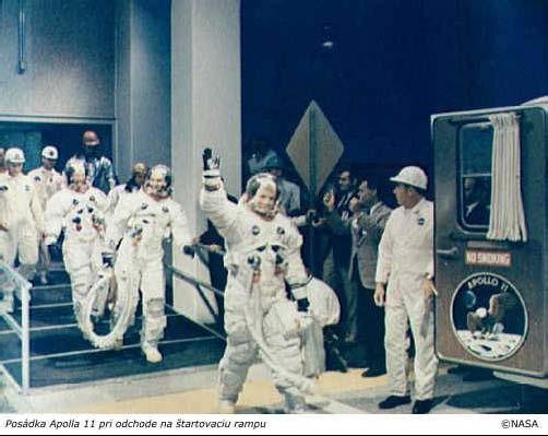 Posádka Apolla 11 pri odchodě na štartovaciu rampu.