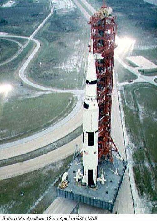 Saturn V s Apollom 12 na špisi opúšťa VAB