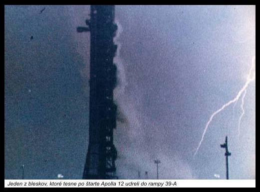 Jeden z bleskov, ktoré tesne po štarte Apolla 12 udreli do rampy 39-A