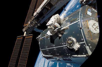Schlegel pracuje na povrchu modulu Columbus při výstupu EVA-2