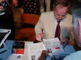 Anatolij Solovjov při autogramiádě (za povšimnutí rozhodně stojí literatura na stole vedle něj).