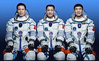 Posádka lodi SZ-12 (zleva: Tang, Nie, Liu)