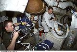 Kelly sleduje Richardse při přípravě na EVA-2 (13.03.2001)