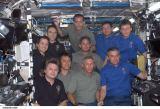 Společná fotografie posádek Expedice 4, STS-111 a Expedice 5 na ISS (08.06.2002)