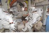 Fincke na ISS při kontrole skafandrů (23.04.2004)