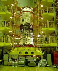 Modul Pirs při montáži k přístrojové sekci Progressu M-SO1 (06.08.2001)
