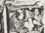 V simulátoru se necvičilo jen ovládání životně důležitých systémů Apolla, ale i sestavování pamětních plaket (Leonov a Stafford)