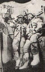 """V orbitální sekci Sojuzu 19, v prostoru """"bufetu"""", byl uložen komutátor televizního systému (na snímku vlevo)(Kubasov - vlevo a Leonov)"""