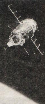 Při setkávacím a spojovacím manévru udržoval Sojuz neměnnou polohu