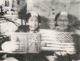 Symbol mezinárodni spolupráce v kosmu — Leonov (vlevo) a Stafford s vlajkami svých států