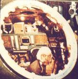 Foto č.2 - A.Jelisejev v simulátoru kabiny Zond - Sojuz (model 7K-L1)