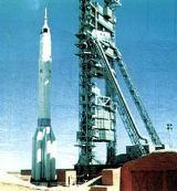 Foto č.4 - Nosná raketa Proton K (UR-500) s kosmickou lodí Zond - Sojuz (model 7K-L1) se záchranným systémem SAS.